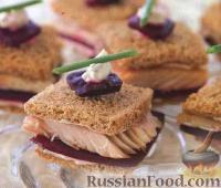 Фото к рецепту: Сендвичи с копченой форелью и свеклой