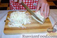Фото приготовления рецепта: Салат из свежей капусты с растительным маслом и уксусом - шаг №2