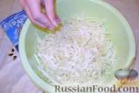 Фото приготовления рецепта: Салат из свежей капусты с растительным маслом и уксусом - шаг №3