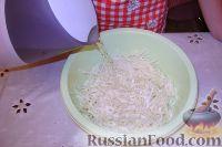 Фото приготовления рецепта: Салат из свежей капусты с растительным маслом и уксусом - шаг №4