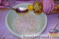Фото приготовления рецепта: Салат из свежей капусты с растительным маслом и уксусом - шаг №7