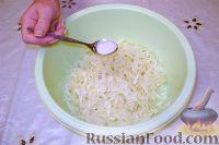 Фото приготовления рецепта: Салат из свежей капусты с растительным маслом и уксусом - шаг №9
