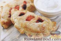 Фото к рецепту: Пироги из слоеного теста с яблоками и ежевикой