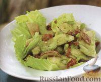 Фото к рецепту: Салат из куриного филе со сметанным соусом песто