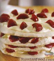 Фото к рецепту: Торт-безе со сливами и сливочным кремом