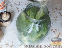 Фото приготовления рецепта: Консервированные огурчики на зиму - шаг №9