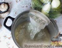 Фото приготовления рецепта: Консервированные огурчики на зиму - шаг №10