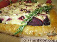 Фото к рецепту: Пирог со свеклой и козьим сыром