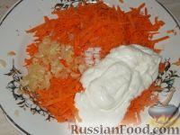 Фото приготовления рецепта: Салат из моркови и чеснока со сметаной - шаг №4