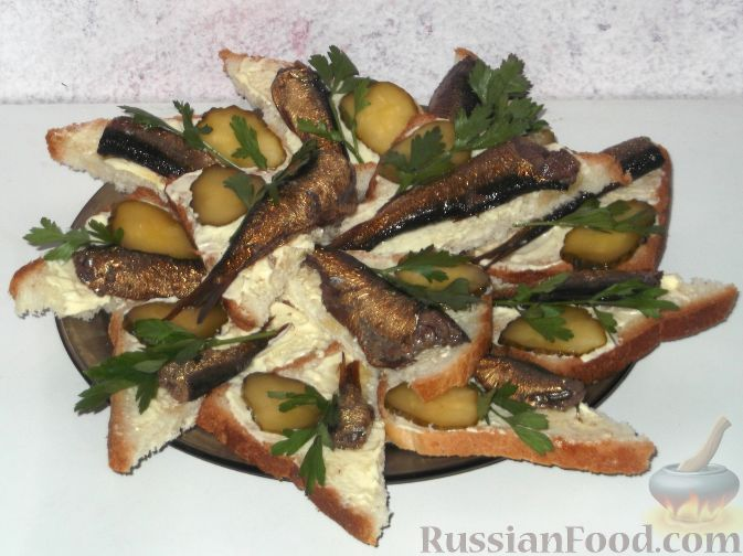 Горячие бутерброды со шпротами и черного хлеба
