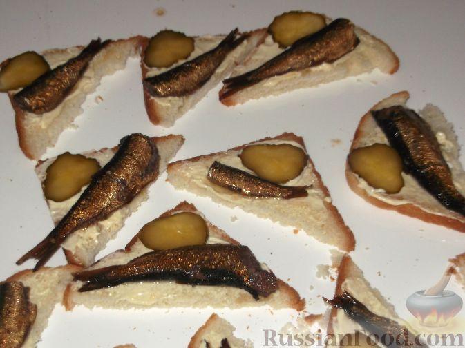рецепт бутербродов со шпротами и огурцом в духовке