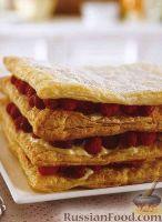 Фото к рецепту: Слоеное пирожное с малиной и сливочным кремом
