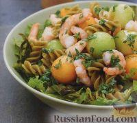 Фото к рецепту: Салат из макарон с креветками и дыней
