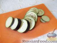 Фото приготовления рецепта: Горячая закуска из баклажанов и помидоров под сыром - шаг №2