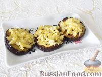 Фото приготовления рецепта: Горячая закуска из баклажанов и помидоров под сыром - шаг №5