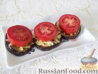 Фото приготовления рецепта: Горячая закуска из баклажанов и помидоров под сыром - шаг №6