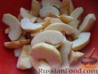 Фото приготовления рецепта: Яблочные дольки в карамели - шаг №3