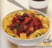 Фото к рецепту: Паста с томатным соусом, грибами и куриным филе