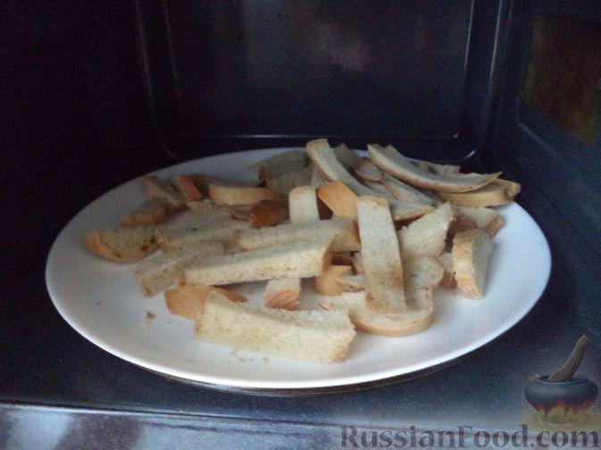 Фото приготовления рецепта: Сырный суп с гренками - шаг №4