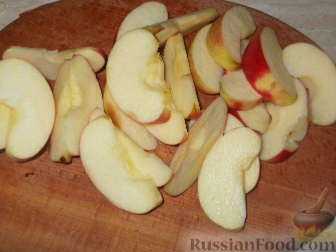 Фото приготовления рецепта: Компот из яблок и черноплодной рябины - шаг №3