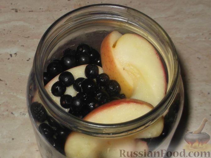 Фото приготовления рецепта: Компот из яблок и черноплодной рябины - шаг №6