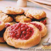 Фото к рецепту: Ватрушки с творогом и ягодами