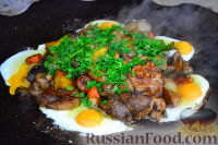 Фото к рецепту: Мясо с овощами и яичницей на природе