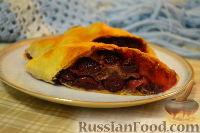 Фото к рецепту: Штрудель с орехами и консервированной вишней