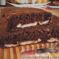 Фото к рецепту: Шоколадный пирог с творожной прослойкой
