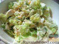 Фото приготовления рецепта: Салат из пекинской капусты с кукурузой - шаг №3