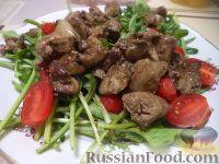 Фото к рецепту: Теплый салат из куриной печени с рукколой