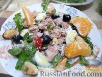 """Фото к рецепту: Салат """"Новый"""" с консервированным тунцом и мидиями"""