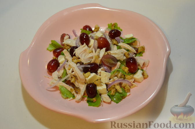Фото приготовления рецепта: Салат с курицей и виноградом - шаг №7