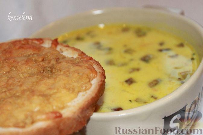 Фото к рецепту: Сливочный грибной суп с чесночно-сырными гренками