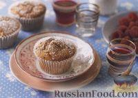 Фото к рецепту: Сливочные мафины с малиновым джемом