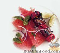 Фото к рецепту: Острые шашлычки из говядины с салатом из арбуза, мяты и красного лука