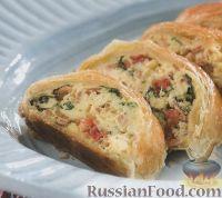 Фото к рецепту: Штрудель из слоеного теста с сырной начинкой