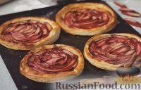 Фото к рецепту: Слоеные коржики с ревенем