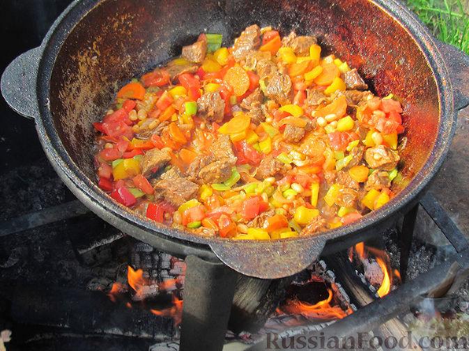 Фото приготовления рецепта: Бограч - венгерский суп - шаг №7