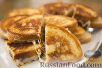 Фото к рецепту: Горячие бутерброды с сыром и карамелизированным луком