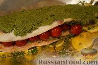 Фото к рецепту: Форелька под песто, с помидорками черри и овощами в сливочном соусе
