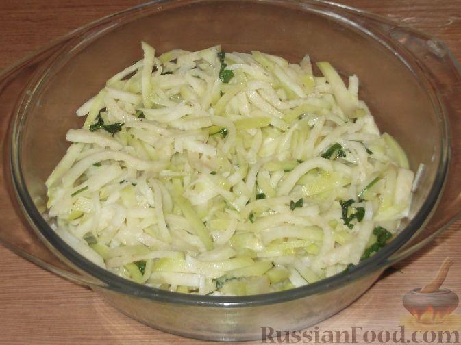 Фото приготовления рецепта: Тушеная капуста кольраби - шаг №7