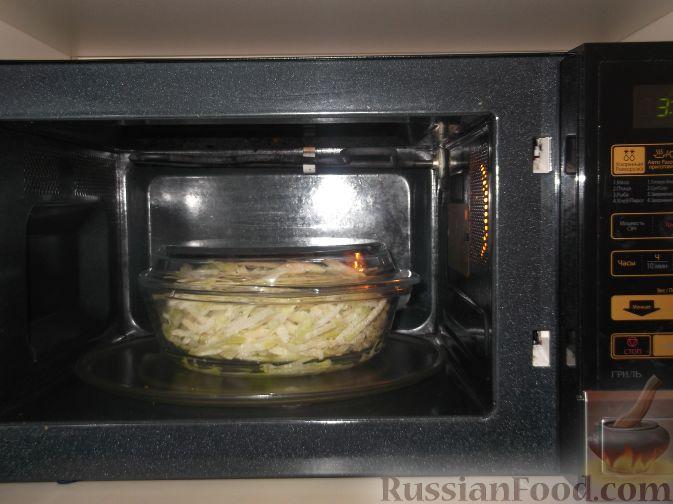 Фото приготовления рецепта: Тушеная капуста кольраби - шаг №3