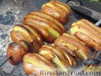 Фото приготовления рецепта: Картопля с салом на углях - шаг №4