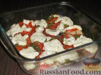 Фото к рецепту: Минтай, запеченный с помидорами и сыром