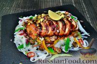 Фото к рецепту: Азиатский салат с рисовой лапшой и курицей