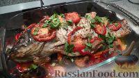 Фото к рецепту: Запеченный карп на овощной подушке с грибами