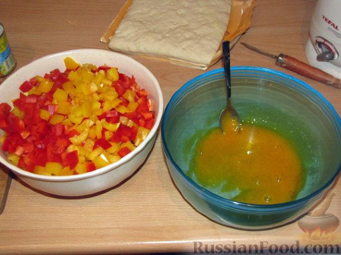 Фото приготовления рецепта: Дрожжевые пирожки-плетёнки на молоке, с мясным фаршем - шаг №7