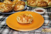 Фото к рецепту: Слоеные конвертики с курицей и сыром
