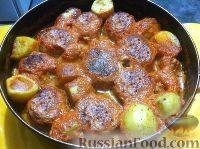 Фото к рецепту: Тефтели, запеченные с картофелем в духовке